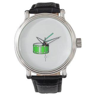 gráfico verde de la trampa con los palillos reloj de mano