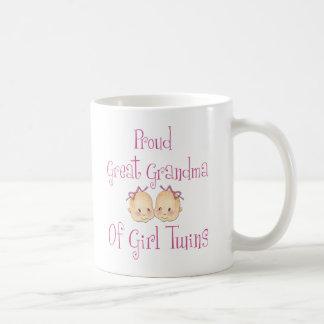 Gran abuela orgullosa de los gemelos del chica taza clásica