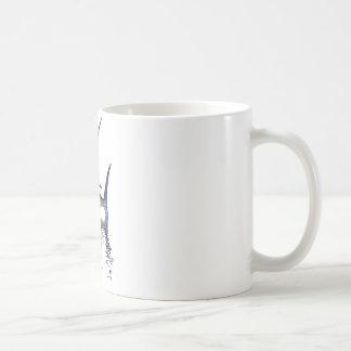 Gran aguja con la reflexión en agua taza de café