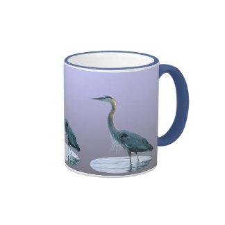 Gran azul que se coloca alto taza de café