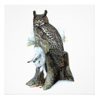 Gran búho de cuernos con la pintura del conejo de fotografía