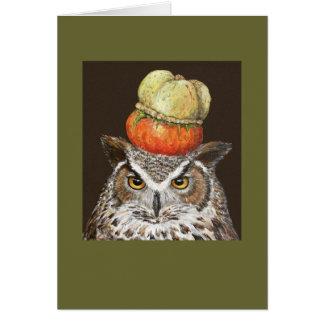 gran búho de cuernos con la tarjeta de la calabaza