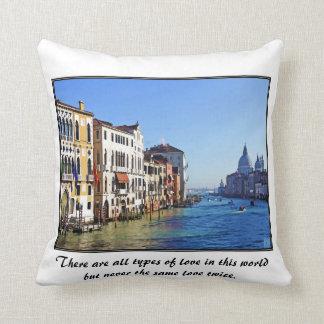 Gran Canal de Venecia con cita del amor Cojin