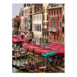 Gran Canal de Venecia Italia con los barcos de la Tarjeta Postal