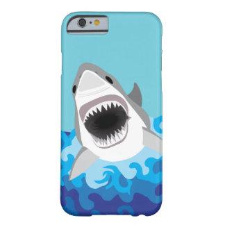 Gran dibujo animado divertido del tiburón blanco funda para iPhone 6 barely there