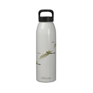 Gran Egret blanco en vuelo Botella De Agua Reutilizable