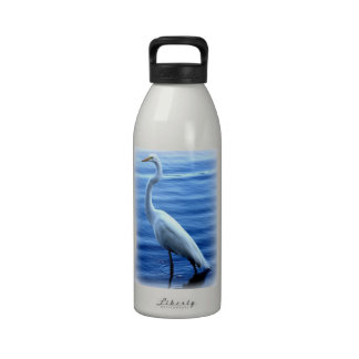Gran Egret que coloca la botella de agua alta