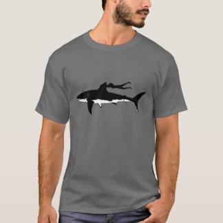 Gran natación del tiburón blanco - en fondo oscuro playera