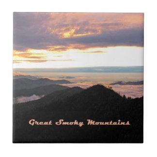 Gran puesta del sol ahumada de Mtns Azulejo Cuadrado Pequeño