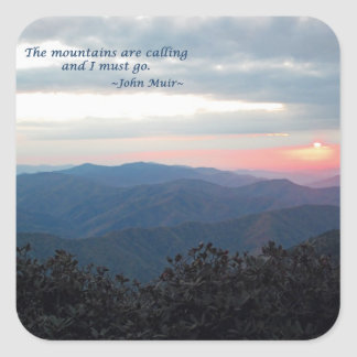 Gran puesta del sol ahumada de Mtns: Mtns es Pegatina Cuadrada