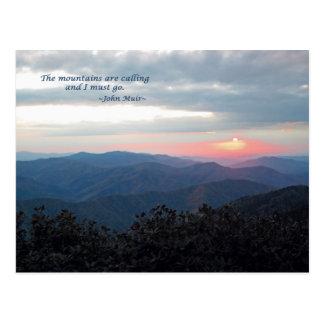 Gran puesta del sol ahumada de Mtns: Mtns es Tarjetas Postales
