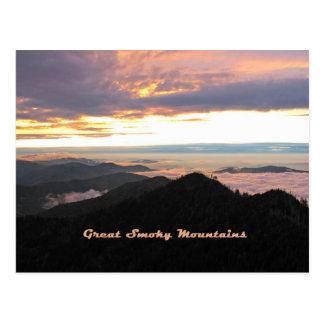 Gran puesta del sol ahumada de Mtns Postales