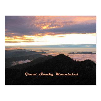Gran puesta del sol ahumada de Mtns Tarjetas Postales