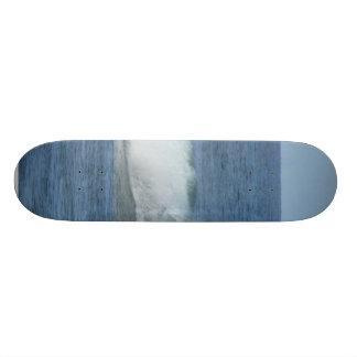 Gran resaca de la persona que practica surf patines personalizados