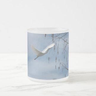 Gran taza blanca del Egret en vuelo