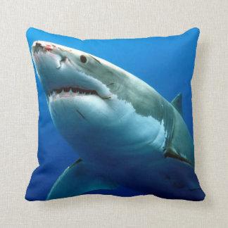 Gran tiburón blanco cojín