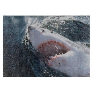 Gran tiburón blanco en el mar tabla para cortar