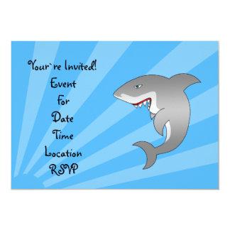 Gran tiburón blanco en la invitación azul del