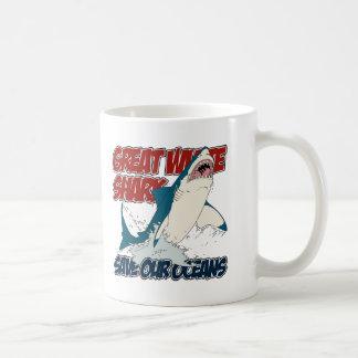 Gran tiburón blanco taza clásica