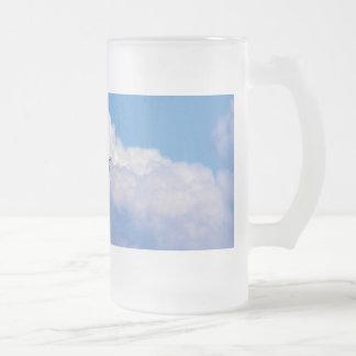 Gran vuelo blanco del egret en el cielo hermoso jarra de cerveza esmerilada