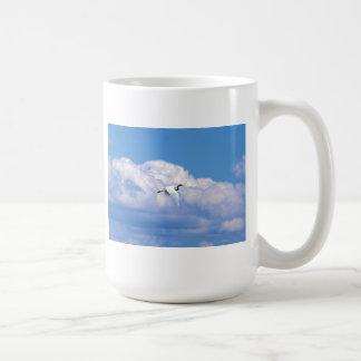 Gran vuelo blanco del egret en el cielo hermoso taza de café
