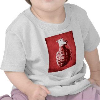 Granada de mano en rojo camiseta