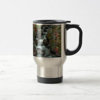 grande caída y paz del agua del tendón de la casca taza de café