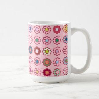 "Grande Mug modelo ""Flores sobre fondo rosado claro Taza Clásica"