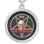 Grande, satánico, de plata plateada alrededor del colgante redondo