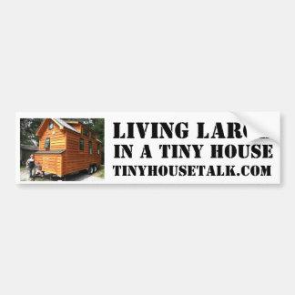 Grande vivo en una casa minúscula pegatina para auto
