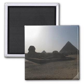 Grandes esfinge y pirámide en la puesta del sol imán cuadrado