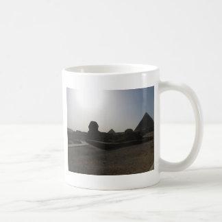 Grandes esfinge y pirámide en la puesta del sol taza de café