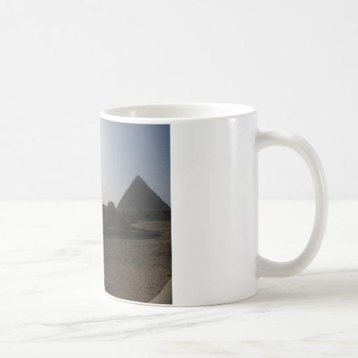 Grandes esfinge y pirámide en la puesta del sol tazas de café