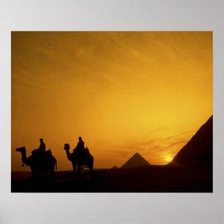 Grandes pirámides de Giza, Egipto en la puesta del Póster