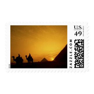 Grandes pirámides de Giza, Egipto en la puesta del Envio