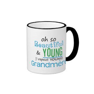 Grandmere hermoso y joven taza de café