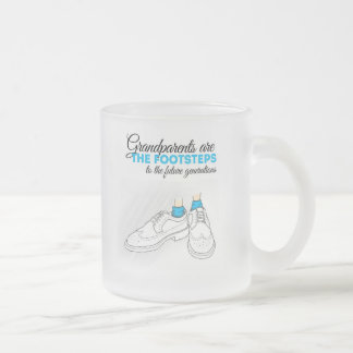Grandparents are the footsteps to the future gener taza de cristal