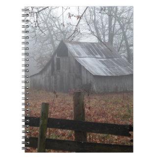 Granero abandonado por la mañana de niebla libro de apuntes