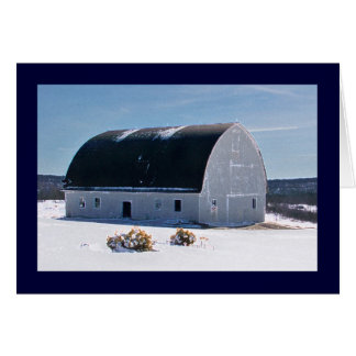 Granero con el tejado curvado en nieve tarjeta de felicitación