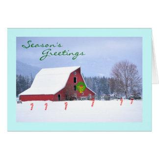 Granero de caballo rojo en el invierno, saludos de tarjeta de felicitación