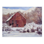 Granero de la nieve en la postal de las montañas