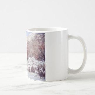 Granero de la nieve en la taza de las montañas