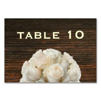Granero de madera y rosas blancos que casan la tar