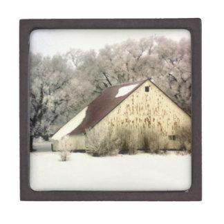 Granero del invierno del país en fotografía de la cajas de joyas de calidad
