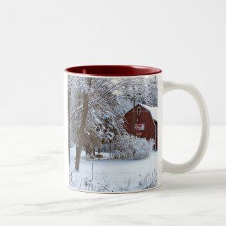 Granero del rojo del invierno tazas de café