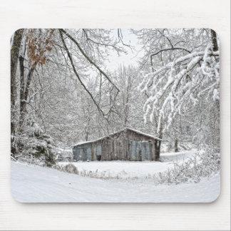 Granero del vintage en la nieve fresca - Tennessee Mousepads