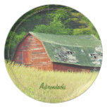 Granero en el Adirondacks, N.Y. del vintage Platos