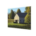 Granero en granja excelente del caballo en la impresión en lienzo