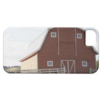 Granero en paisaje rural iPhone 5 fundas
