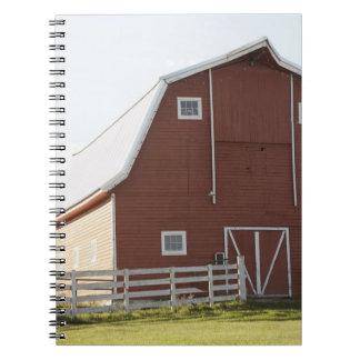 Granero en paisaje rural libros de apuntes con espiral